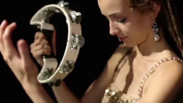 krásná mladá žena bubeník