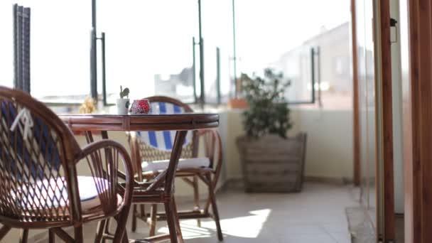 posouvání výstřel v pěkný hotelový pokoj s terasou s výhledem na moře