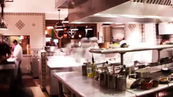 timelapse záběr kuchaři připravují jídlo v rušné hotelové restauraci kuchyni