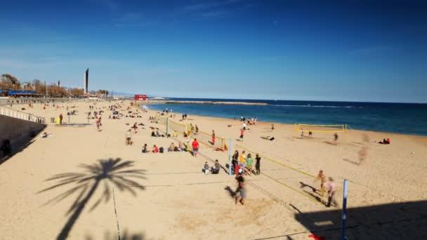 hrát volejbal na pláži v Barceloně, Španělsko