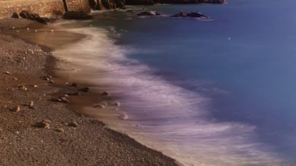 pohled na vlny a pláže v přímořském městě camogli, Itálie