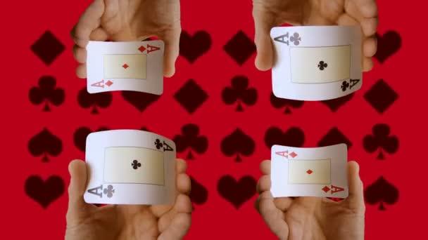 Stopmotion di una mano che tiene la carte da gioco, casinò, gioco dazzardo clip