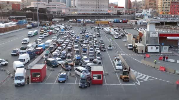 automobily, které čekají na palubě trajektu, genova, Itálie