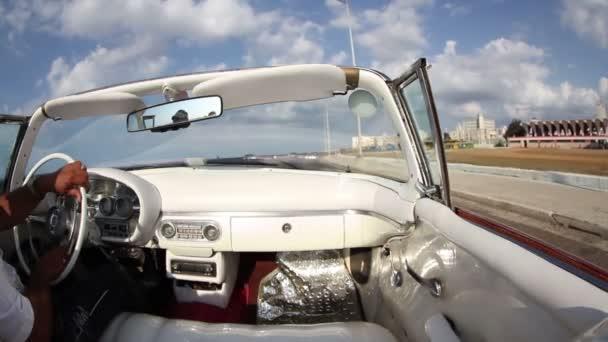 Havana street scény natočené z klasickým kabrioletem, Kuba