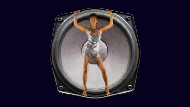 sexy Gogo-Tänzerin in einem Hifi-Lautsprecher