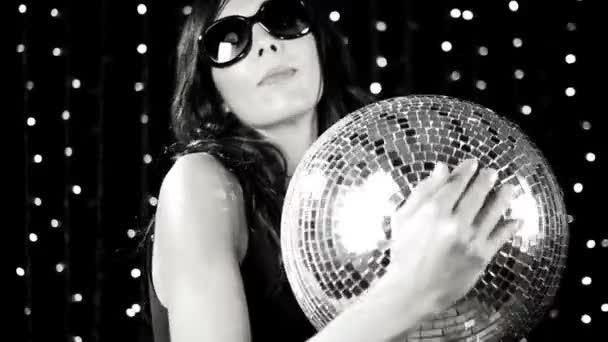 super sexy žena tance, drží discoball