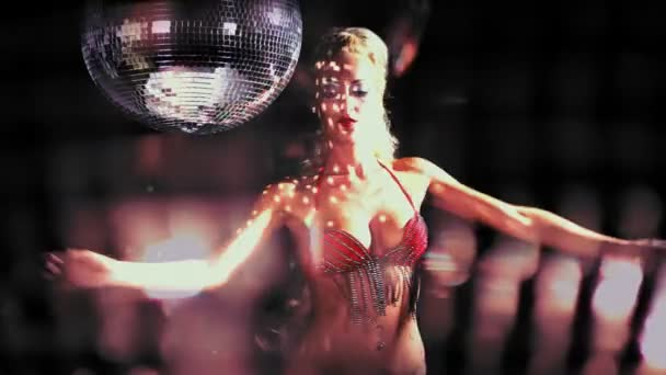 Szexi szakmai gogo lily malibu lövés, tánc, és mellette egy nagy spinning discoball
