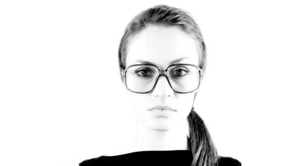 stopmotion ženy nosí různé retro brýle
