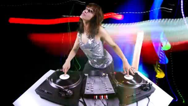 Szép fiatal női dj, mögött a fedélzetet, a vinyl növekvő halom