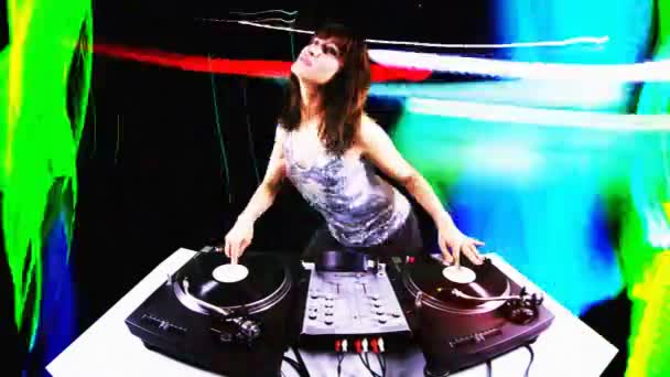 schöne junge weibliche DJ, hinter den Decks in einem Club