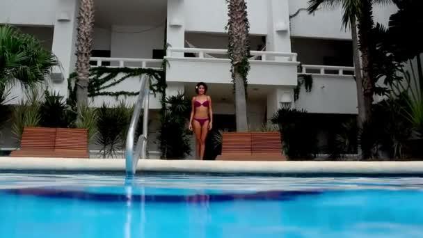krásná žena tance v bazénu