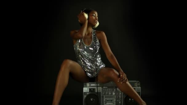 Sexy mladá žena sedí ontop retro boombox