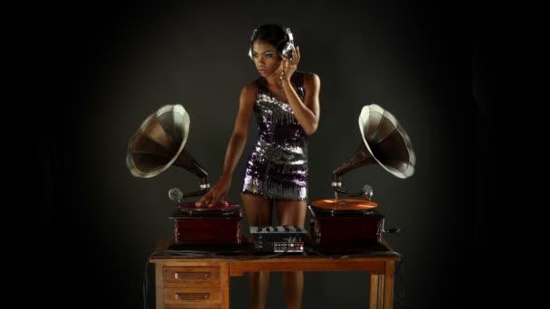Sexy mladá žena djs pomocí dvou retro starožitné gramofony