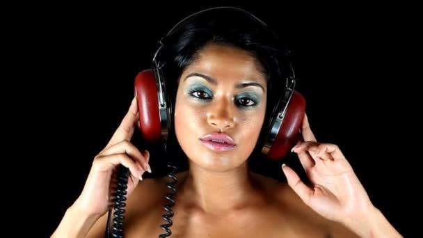 Aufnahme von wechselnden Retro-Kopfhörern auf dem Kopf einer Frau