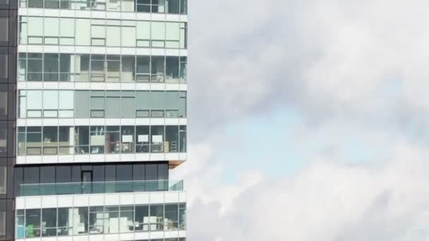 timelapse detail skleněné mrakodrapu na Manhattanu