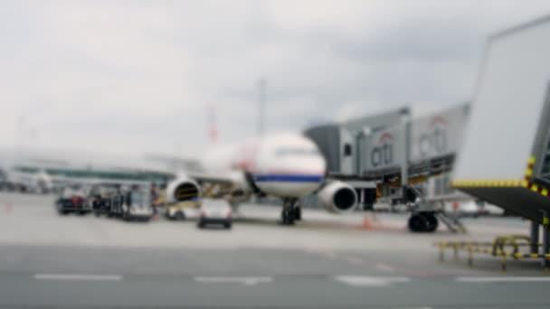 letadlo na letišti dokovací terminálu, Praha