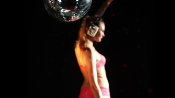 eine sexy Gogo-Tänzerin, die in einem Studio beim Tanzen und Posieren erschossen wurde