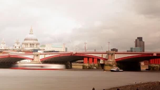 pohled na řeku Temži a st pauls, Londýn
