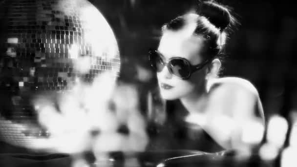sexy žena tance s discoball