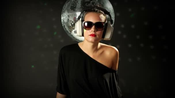 Egy szexi nő táncol a discoball