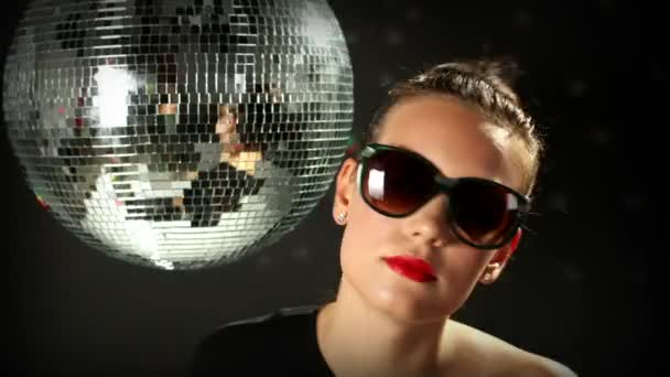 eine sexy Frau tanzt mit einer Discokugel