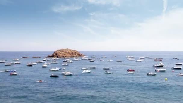 zakotveným na moři v tossa del mar, Španělsko
