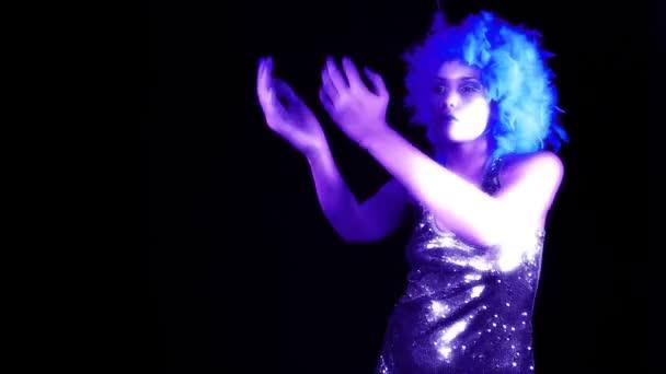Ein sexy Disco-Gogo tanzt