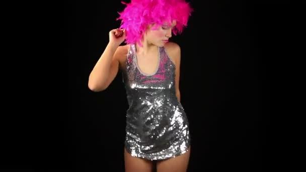 Egy szexi nő táncol rózsaszín őrült frizura
