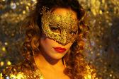 Fotografie tanzende Frau mit gold Maske
