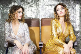 Fotografie schöne Disco Zwillinge i golden und Silber Catsuit
