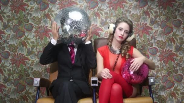 Két klub karakter tánc és pózol