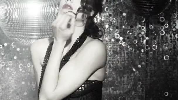 schöne sexy Disco tanzende Mädchen in Club-Einstellung