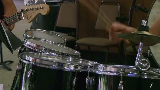 Student hrál na bubny