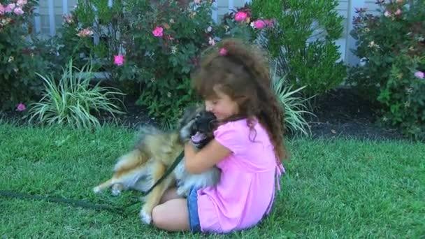 Mädchen umarmt Hund und lächelt