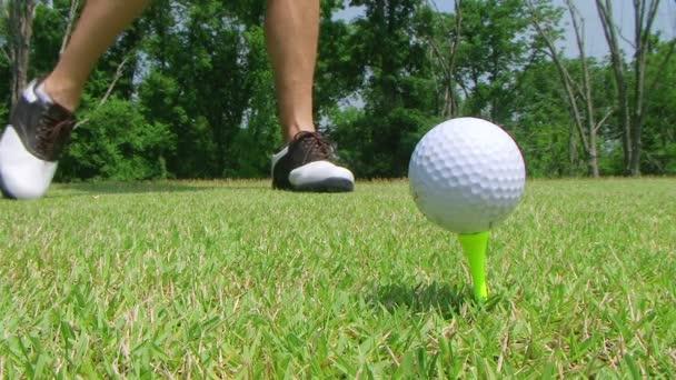 golfista z odpaliště s ovladačem