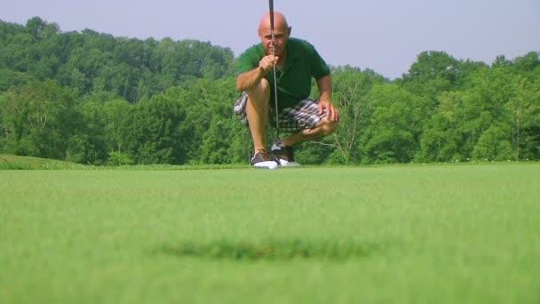 golfista potápí putt
