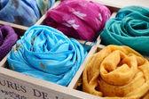 Fotografia set di sciarpe colorate in scatola di legno