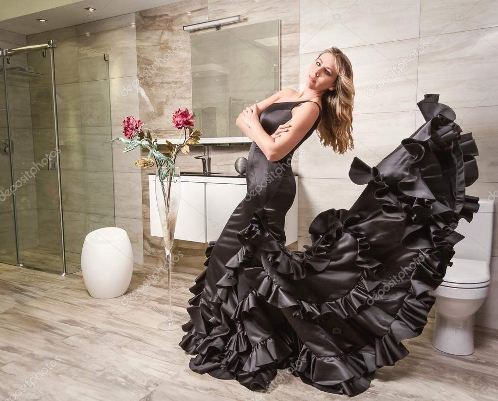 Ragazza con abito da flamenco spagnolo in un bagno u2014 foto stock