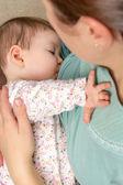 mladá maminka kojení ji doma