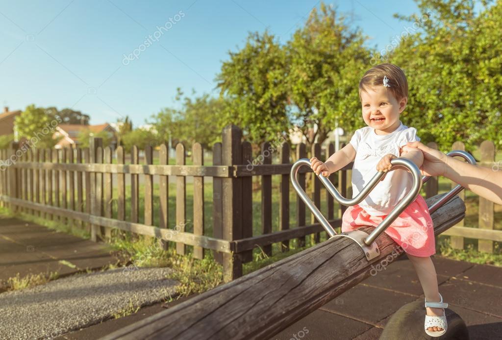 Baby Spring Schommel.Meisje Van De Baby Spelen Over Een Wip Schommel Op Het Park