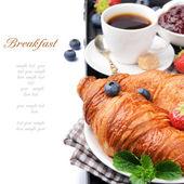 Reggeli kávét és friss croissant-t