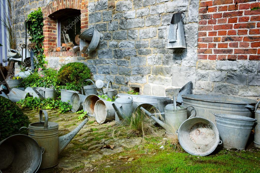 jardn vintage con de jardinera u foto de stock