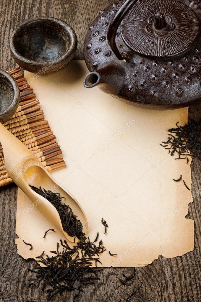 marco con tetera asiática, té negro seca y papel vintage — Fotos de ...