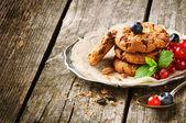 Fotografia frutti di bosco e biscotti al cioccolato