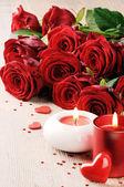 Fotografie Rote Rosen und Kerzen vor dem Hintergrund des Valentinstages
