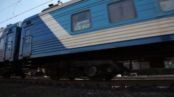 modré osobní vlak kolem vysokou rychlostí
