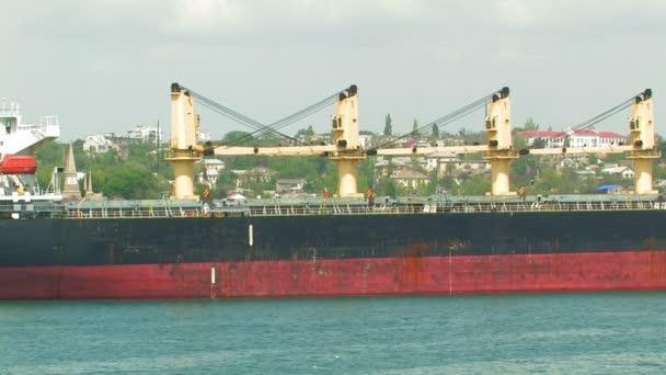 velké nákladní lodi a vlečného člunu.