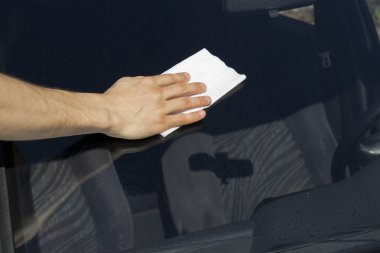 Cleaning windscreen