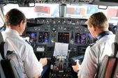 Piloten im Cockpit während eines Werbeflugs