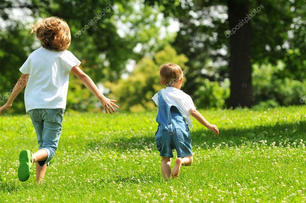 Enfants Qui Courent à L'extérieur